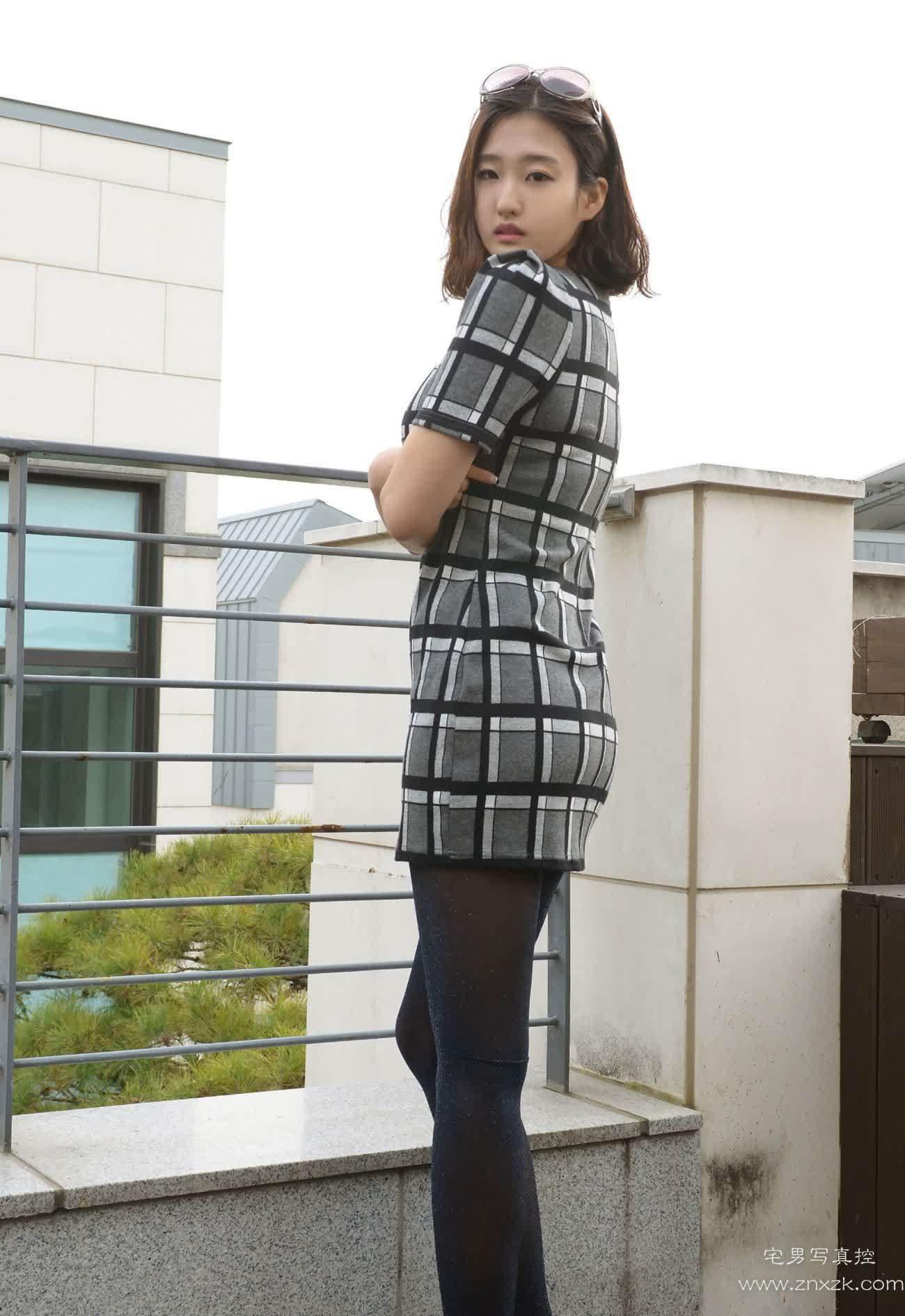 [美女私拍]天台上的甜美黑色厚丝袜美女
