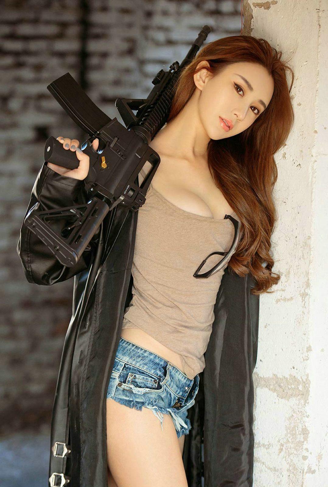 妹子喜欢玩枪 第1张