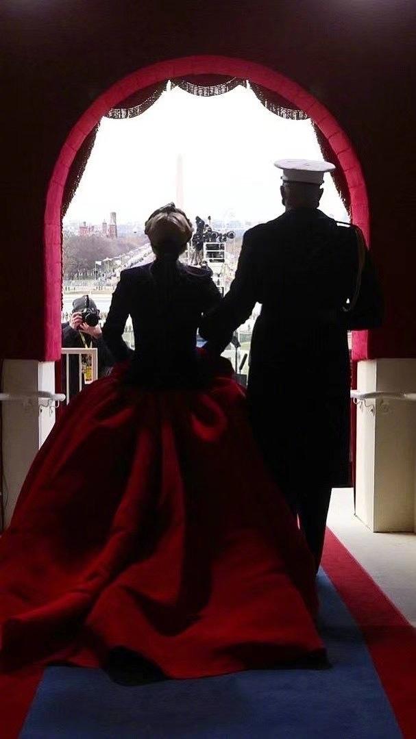 美国换总统现场跟结婚一样,班干部换届跟美国换总统一样