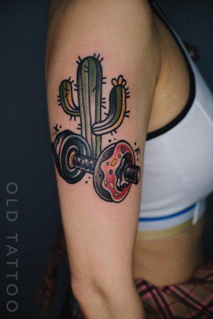女人手臂哑铃彩绘纹身图案
