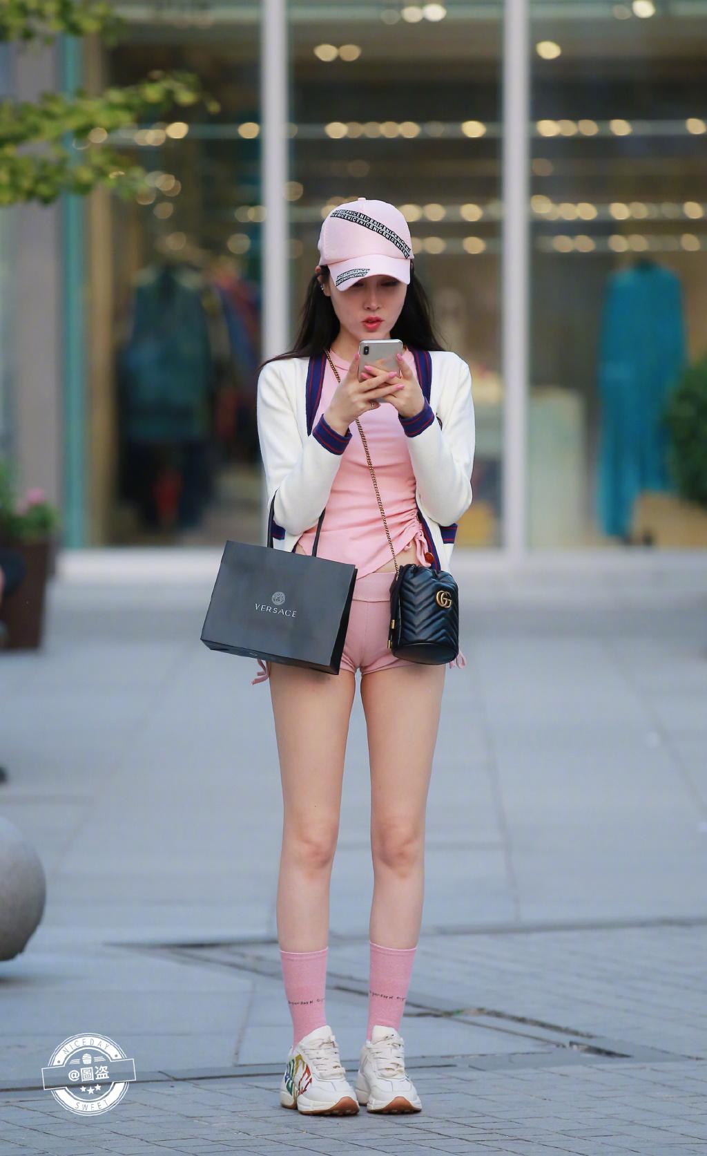 他们都说这袜子有点紧了 可能是袜子不太合身 网络美女 第2张