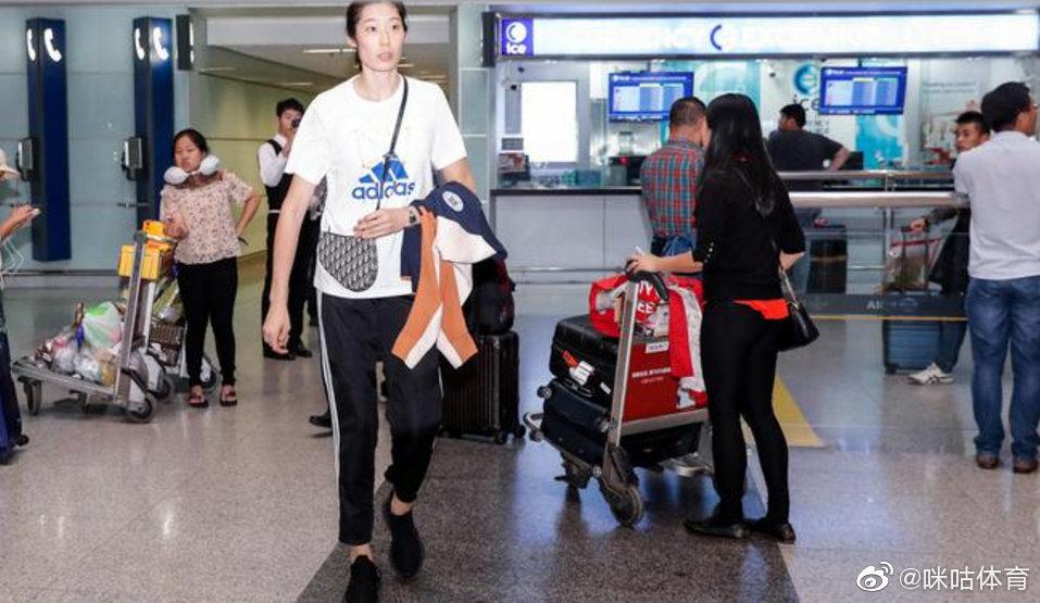 中国女排深夜包机回国,首次享受国足待遇 涨姿势 第1张