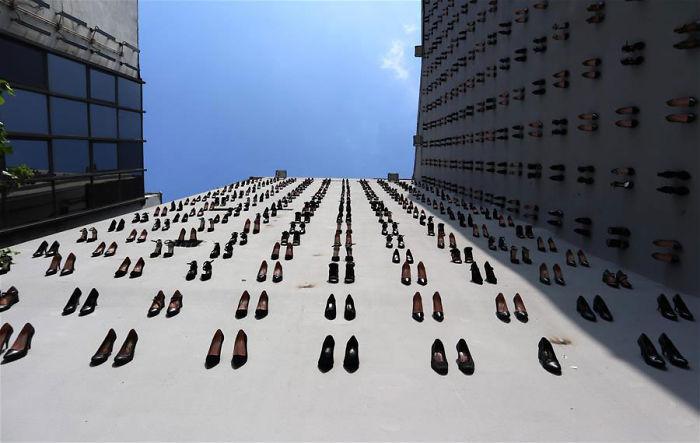 最近伊斯坦布尔有一个特殊的展览,在市中心一栋建筑物的外墙上,挂着440双女士高跟鞋。 涨姿势 第2张
