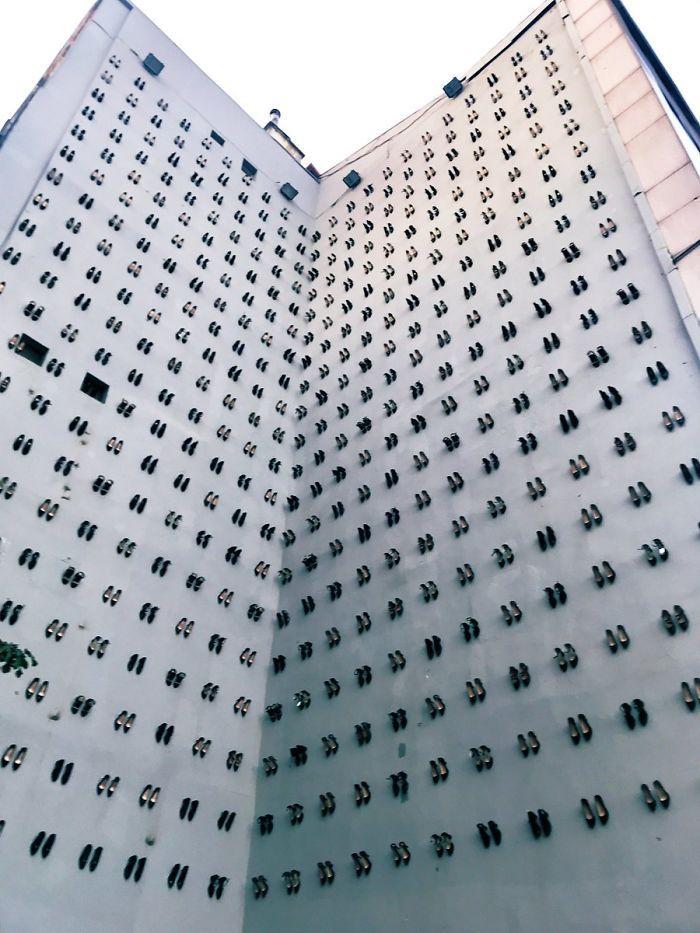 最近伊斯坦布尔有一个特殊的展览,在市中心一栋建筑物的外墙上,挂着440双女士高跟鞋。 涨姿势 第1张