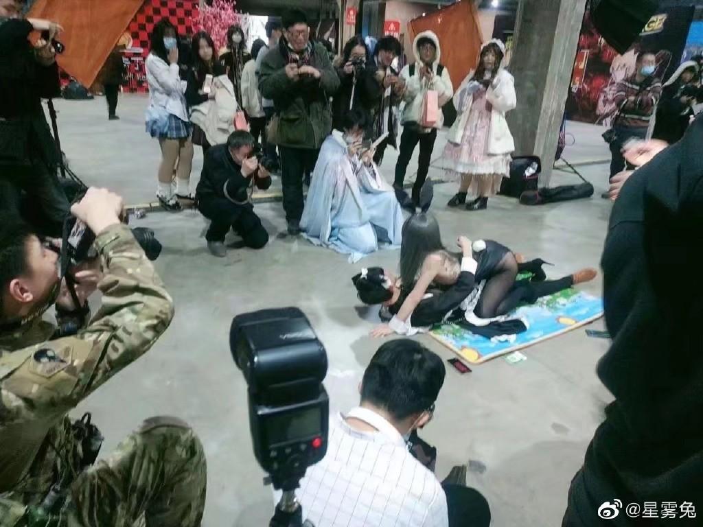 哈尔滨漫展不雅拍照,2021年第一场漫展就吃瓜 sihaiba.com 四海吧 第2张