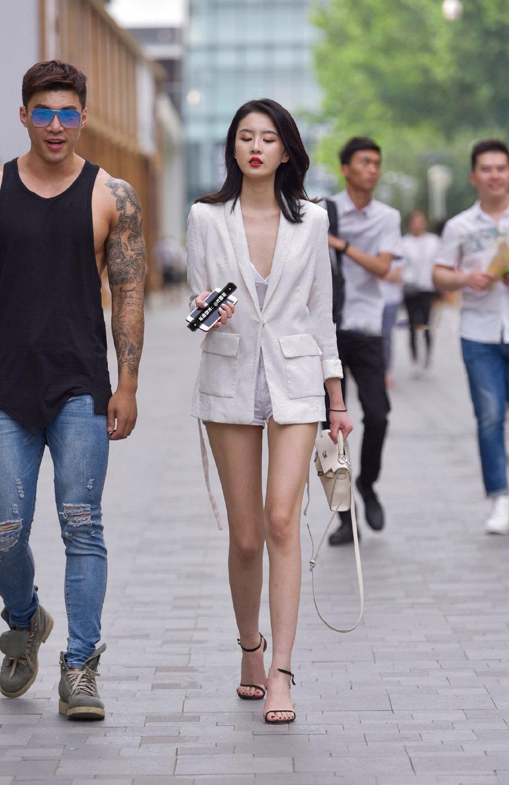 西装外套也能如此性感。   涨姿势 第1张