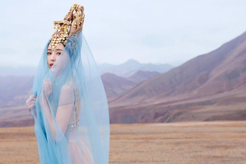 佟丽娅在拍摄《我们私聊吧》节目间隙,为舞台剧《在远方,在这里》拍摄了一组异域风情的大片 涨姿势 第5张