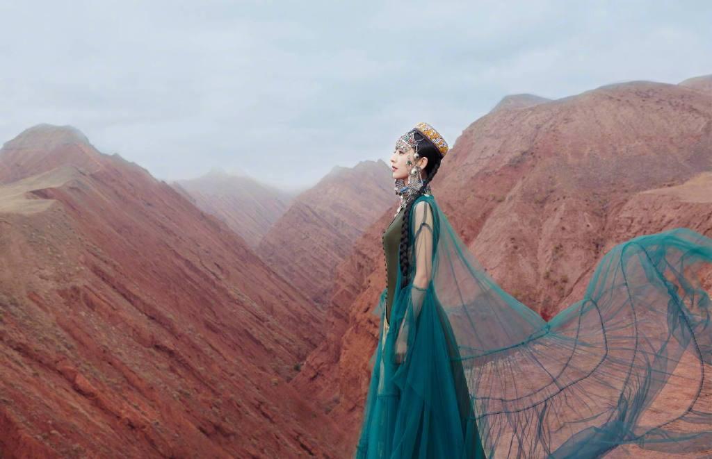 佟丽娅在拍摄《我们私聊吧》节目间隙,为舞台剧《在远方,在这里》拍摄了一组异域风情的大片 涨姿势 第1张