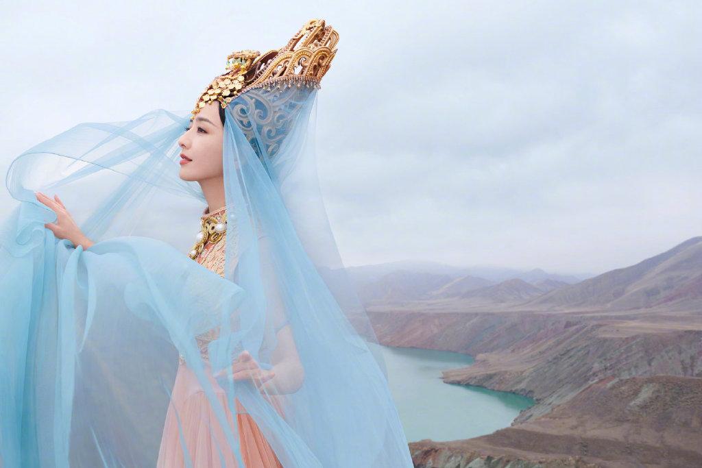 佟丽娅在拍摄《我们私聊吧》节目间隙,为舞台剧《在远方,在这里》拍摄了一组异域风情的大片 涨姿势 第4张