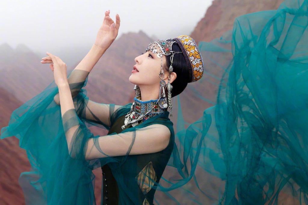 佟丽娅在拍摄《我们私聊吧》节目间隙,为舞台剧《在远方,在这里》拍摄了一组异域风情的大片 涨姿势 第2张