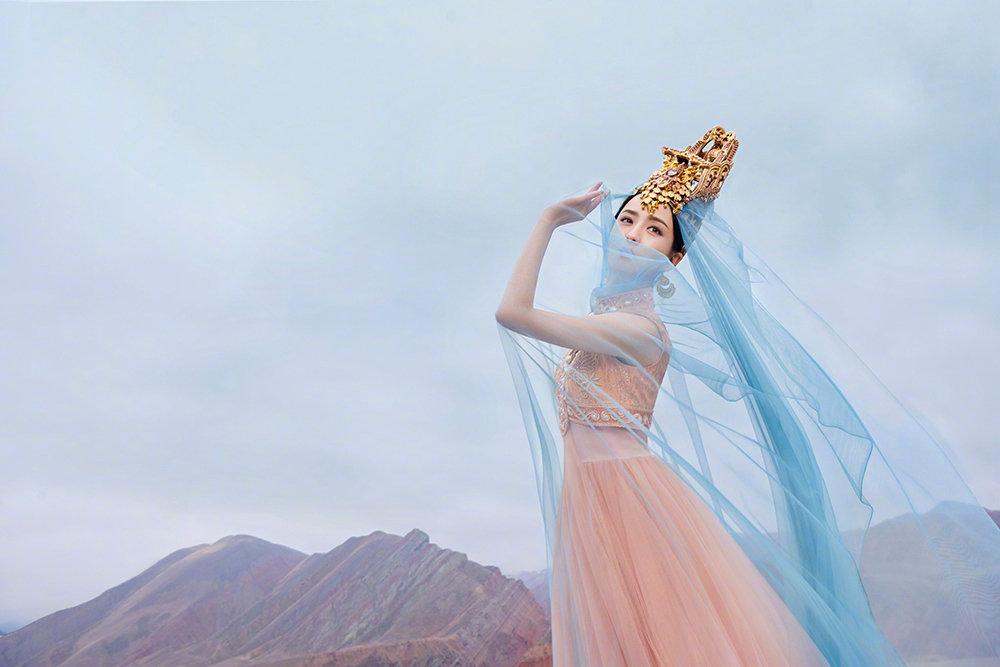 佟丽娅在拍摄《我们私聊吧》节目间隙,为舞台剧《在远方,在这里》拍摄了一组异域风情的大片 涨姿势 第7张
