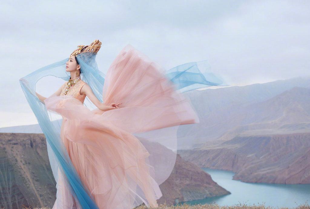 佟丽娅在拍摄《我们私聊吧》节目间隙,为舞台剧《在远方,在这里》拍摄了一组异域风情的大片 涨姿势 第8张