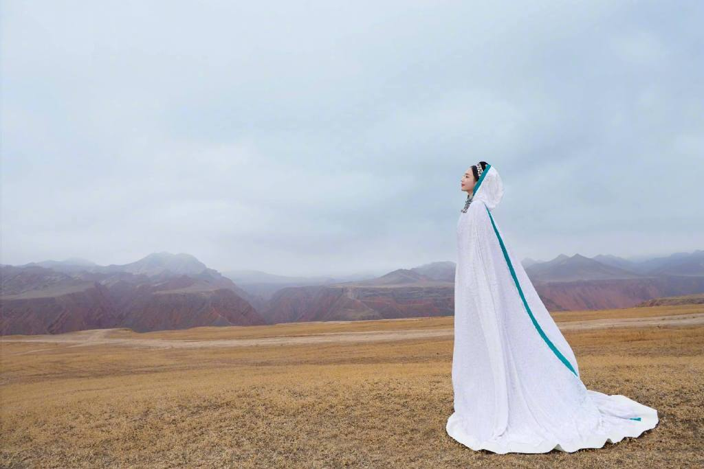 佟丽娅在拍摄《我们私聊吧》节目间隙,为舞台剧《在远方,在这里》拍摄了一组异域风情的大片 涨姿势 第6张
