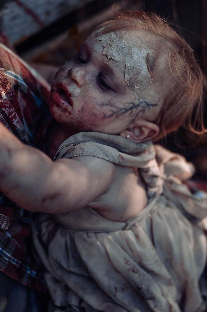 国外一网友为她老公和女儿拍摄的丧尸万圣节主题照 涨姿势 第4张