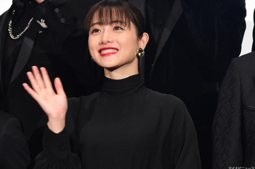 石原里美出席电影《决算!忠臣藏》首映,一袭黑衣,笑容可掬。 涨姿势 第8张
