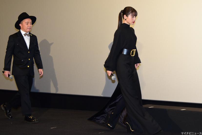 石原里美出席电影《决算!忠臣藏》首映,一袭黑衣,笑容可掬。 涨姿势 第7张