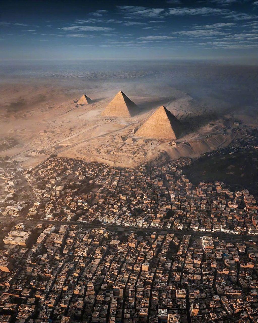 金字塔和吉萨城区(Giza)不可思议的对比,图片来自:旅行摄影师 Sebastien Nagy(IG / sebastien.nagy) 