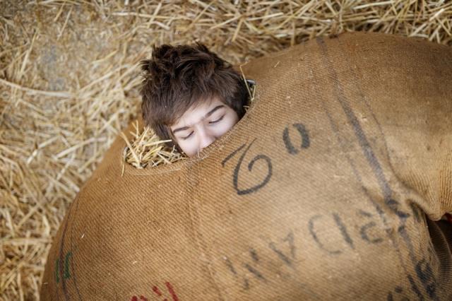 """瑞士埃沃莱纳,在冬季传统狂欢节上,民众身穿装满稻草的麻袋装扮成""""稻草人""""。 涨姿势 第7张"""