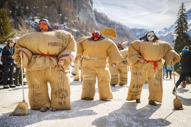 """瑞士埃沃莱纳,在冬季传统狂欢节上,民众身穿装满稻草的麻袋装扮成""""稻草人""""。 涨姿势 第5张"""