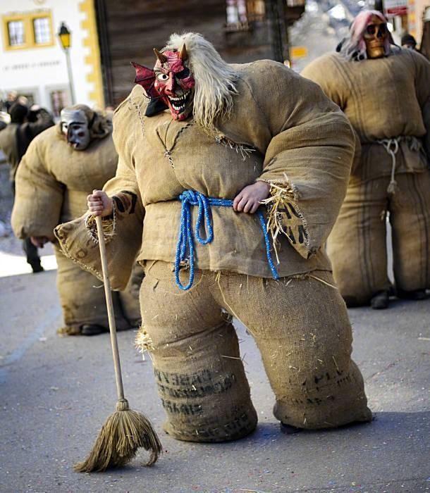 """瑞士埃沃莱纳,在冬季传统狂欢节上,民众身穿装满稻草的麻袋装扮成""""稻草人""""。 涨姿势 第2张"""