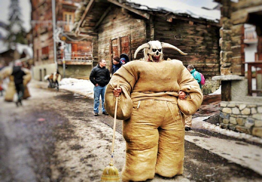 """瑞士埃沃莱纳,在冬季传统狂欢节上,民众身穿装满稻草的麻袋装扮成""""稻草人""""。 涨姿势 第1张"""