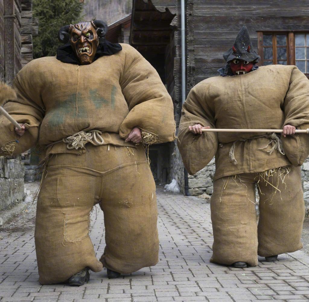 """瑞士埃沃莱纳,在冬季传统狂欢节上,民众身穿装满稻草的麻袋装扮成""""稻草人""""。 涨姿势 第3张"""