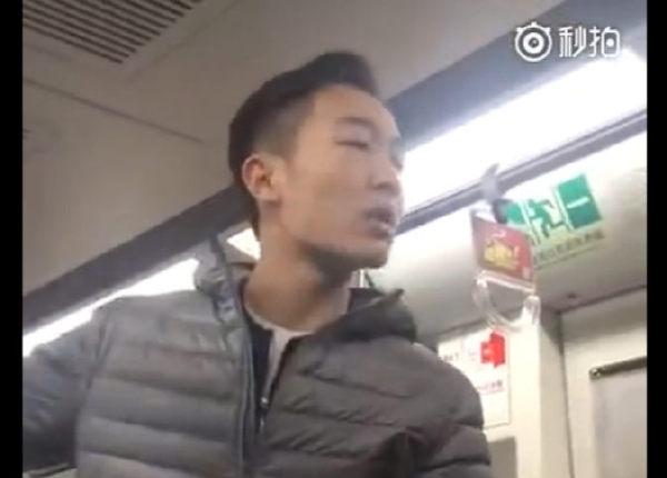北京地铁骂人男:全世界欠你爸一个避孕套