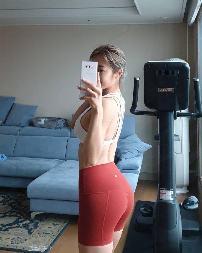 韩国健身美女教练Euddeum shim为你展现完美翘臀 第3张