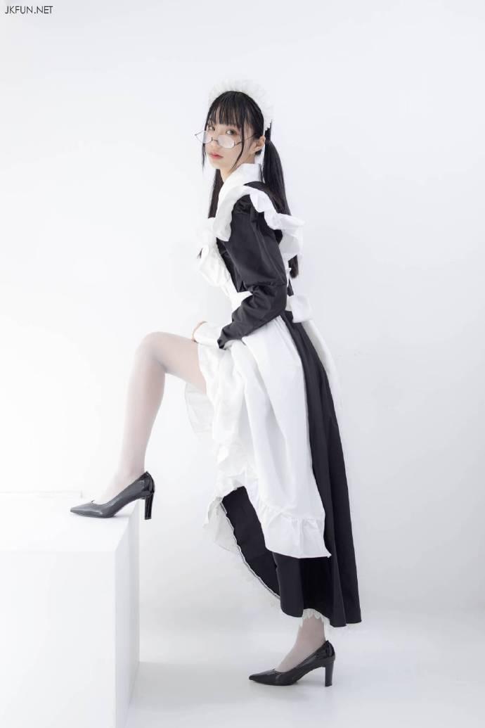 cosplay写真:带眼镜的丝袜美女女仆装