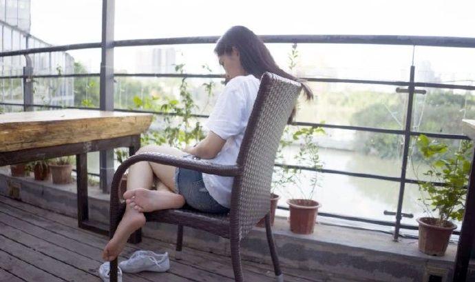 足控福利:20岁女大学生,充满青春气息的小脚丫