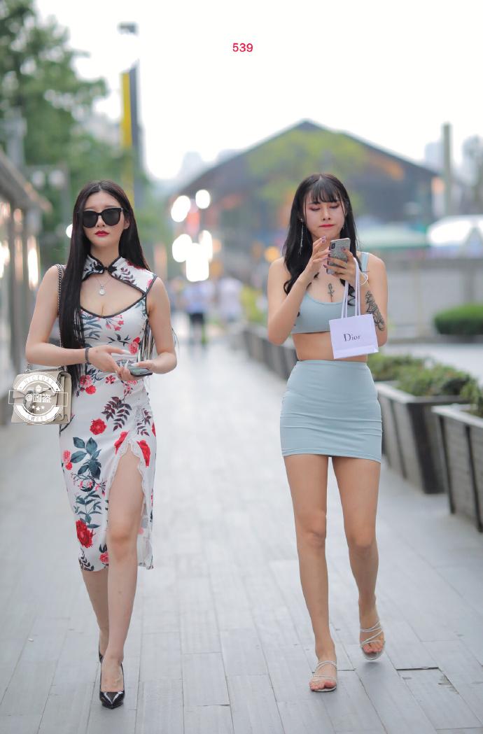 街拍性感闺蜜行 满满的回头率 纹身是真的辣眼睛