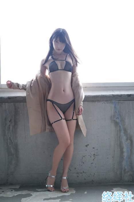 高衩天使「川崎绫」正式引退,舍不得乳此美好的香肩柳腰