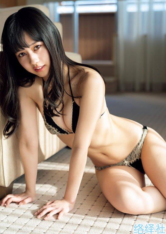 格斗赛场上的亮点,超可爱「举牌女郎」冈田佑里乃!