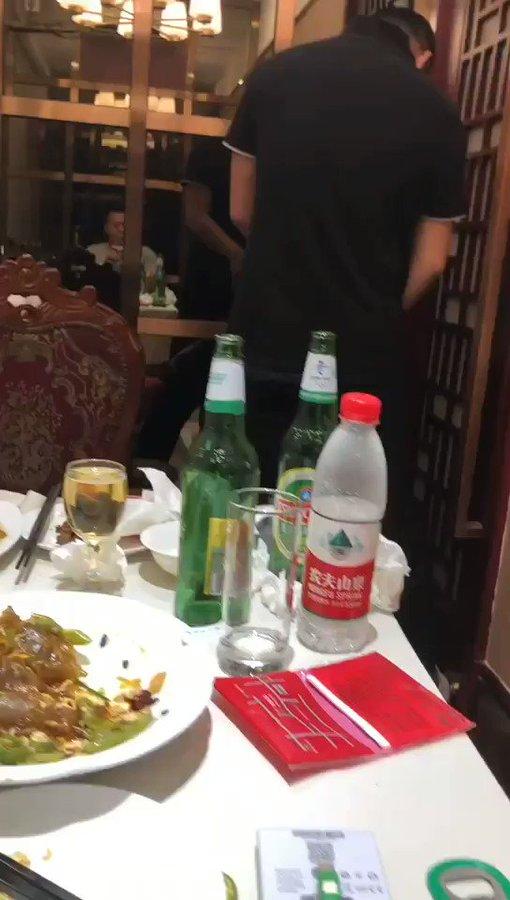19岁山东潍坊美女在饭店包厢「三男一女」大胆混战!