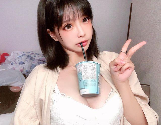 百变甜心「Eroko千叶球球」海量美照 胸上放饮料!