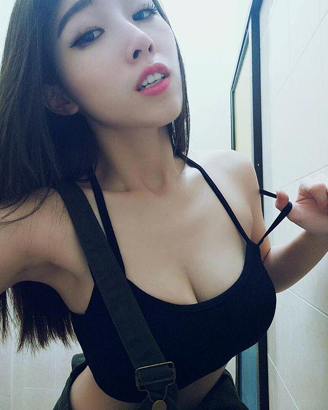 超胸狠马来西亚网红「林淑芬」香艳视角刺激你的敏感处!
