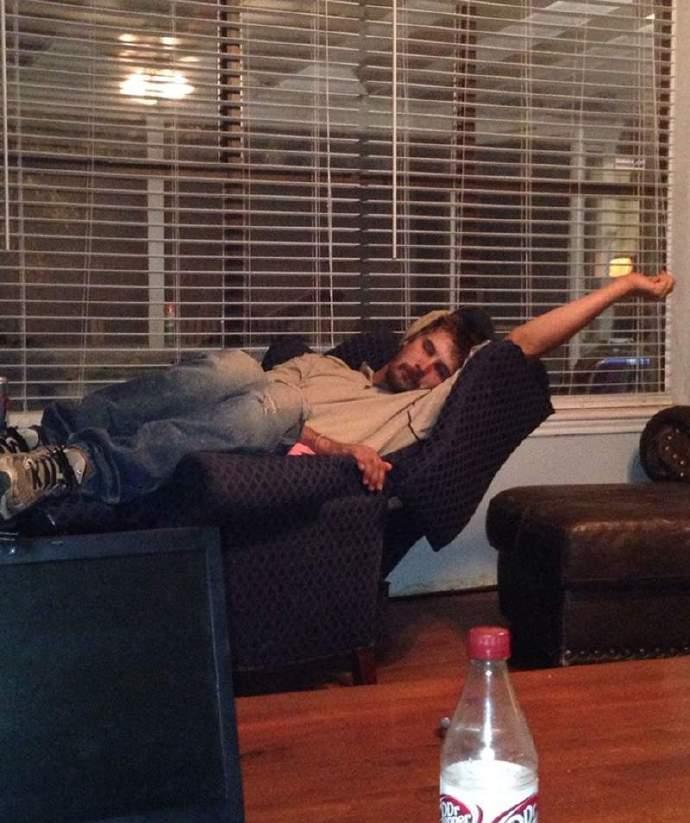 搞笑的奇葩睡姿图片,这种姿势都能睡着也是厉害!