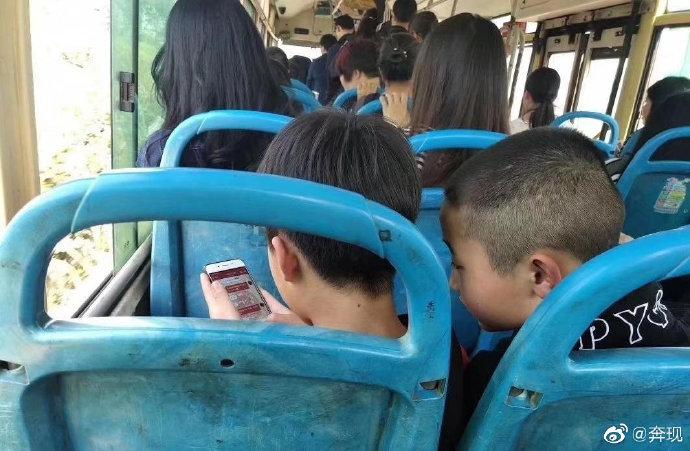 公交车上面临爱情抉择的小学生