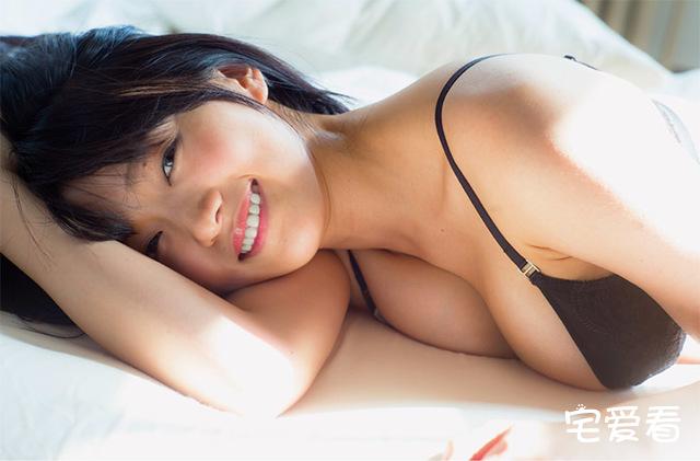 日本女星山地麻里写真集,出道六年再次以短发G奶拍摄性感福利图