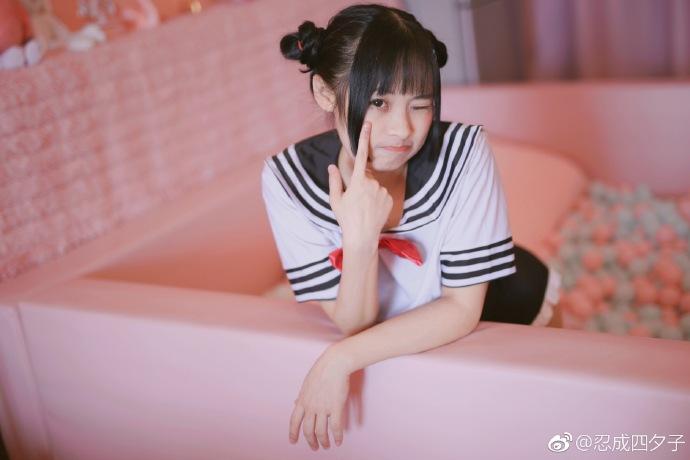 微博@忍成四夕子 喜欢穿制服小可爱