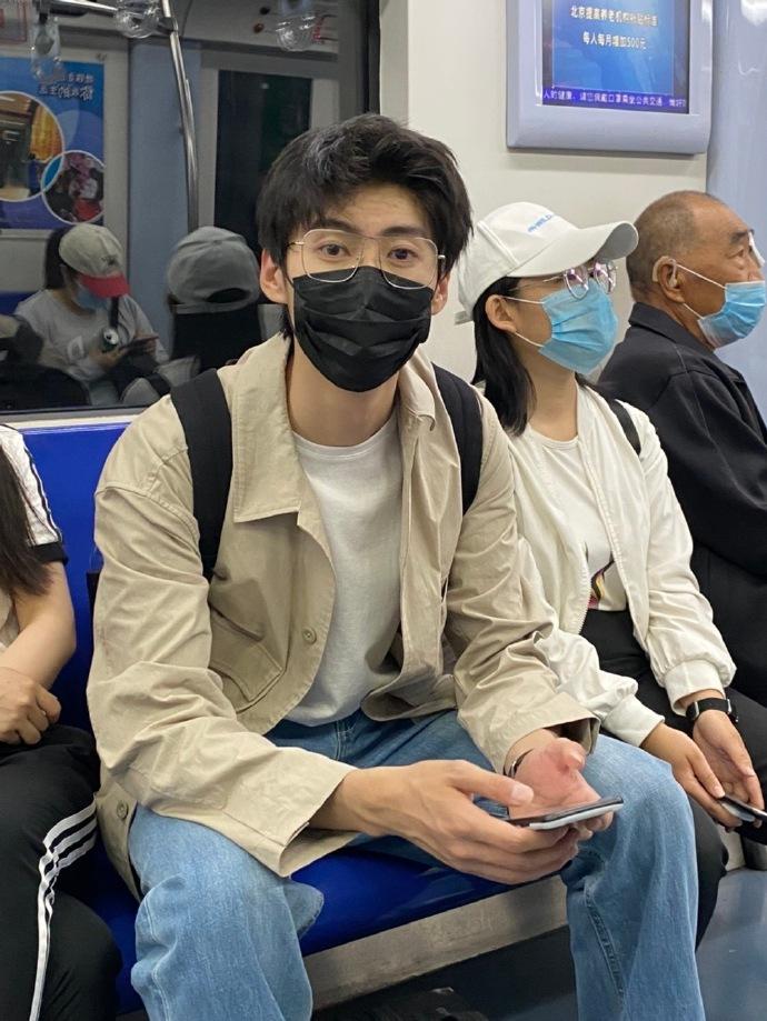 北京地铁小哥哥,但口罩功劳得占一半