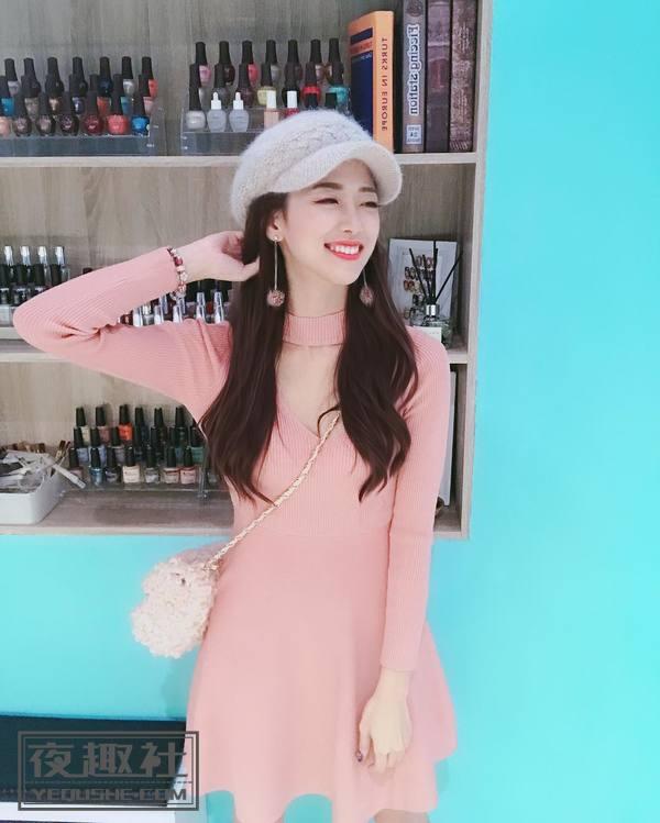 粉色上衣展现撩人美胸,人气主播完美比例超正点