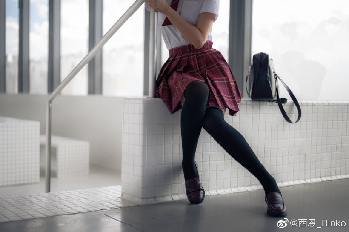 【ins好看的妹子】为什么黑色丝袜配学生服这么棒