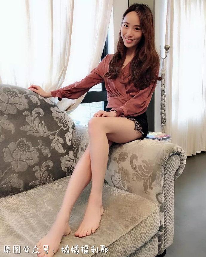【ins好看的妹子】2米大长腿的小姐姐穿上黑色丝袜是什么体验