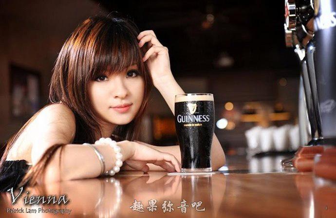 挑战极限的香港女主持vienna lin现场吸吮手指让男嘉宾情难自已-爱趣猫