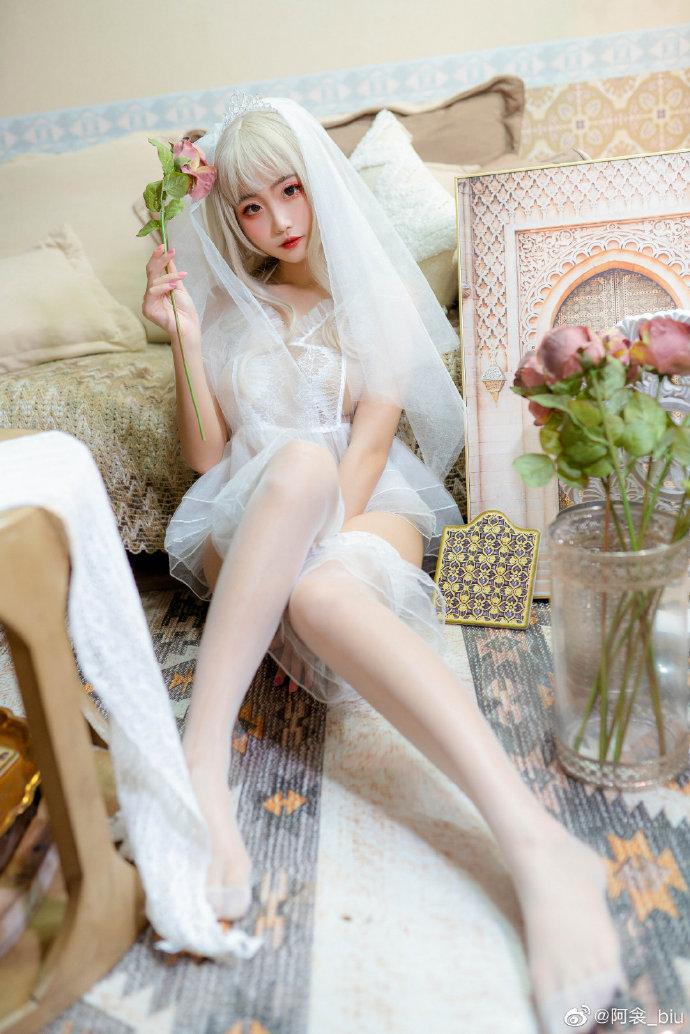 虽然这样的打扮很让人害羞,但是我的内心,和这朵玫瑰花一样,一直很期待这一天的来临呢