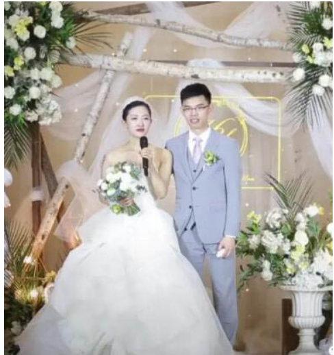 当事人女主与丈夫结婚现场照片