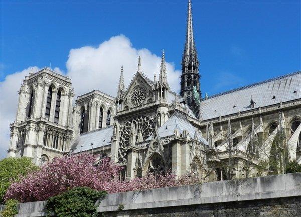 巴黎圣母院突然起火 木质结构遭焚毁塔尖倒塌