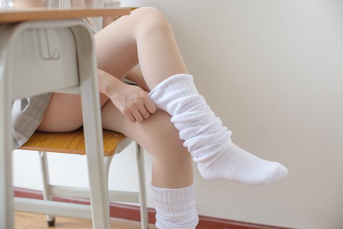 清纯学妹的肉色丝袜之下的果腿
