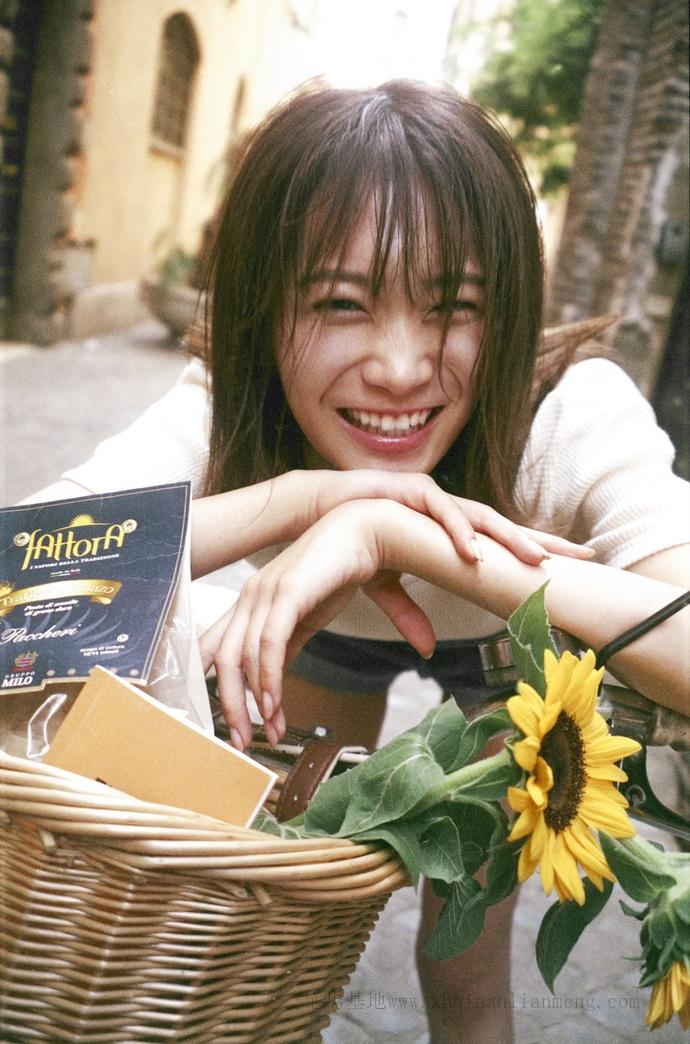 乃木坂46的队长「秋元真夏」推出了个人第二张写真集《想要幸福》插图19